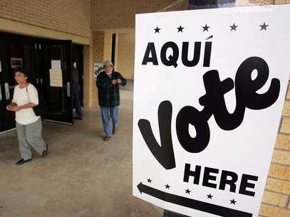 Hispanos acuden a votar en una casilla de San Antonio, Texas, en las elecciones del 2004. Foto: AP
