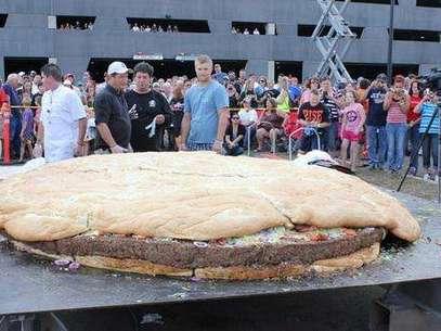 Una hamburguesa gigante con queso y tocino, de tres metros (10 pies) de diámetro y 914 kilogramos (2.014 libras) de peso, atrae la atención de numerosos curiosos momentos antes de que la sirvieran en el Casino-Hotel Black Bear cerca de Carlton, Minnesota. Foto:   / AP