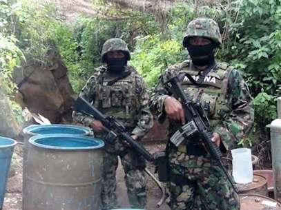 Miembros de la Marina Armada custodiando el sitio donde se localizó un narcolaboratorio en el municipio de Ciudad Guzmán, oeste de México. Foto: EFE en español