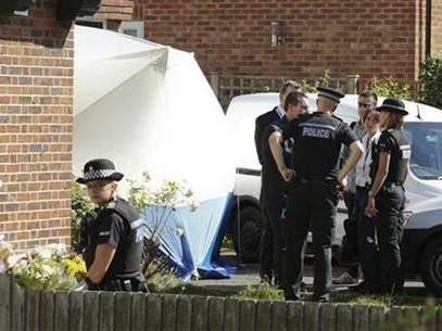 Army and police personnel stand outside the home of Saad al-Hilli in Claygate, south of London September 10, 2012. Police searching the home of a British family found shot dead in the French Alps last week evacuated neighbouring properties on Monday after saying they had discovered unspecified items that had caused them concern. Foto: Olivia Harris / Reuters In English