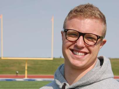 Jamie Kuntz poses for a photograph at a football field in Dickinson, N.D., on Tuesday, Sept. 11, 2012. Kuntz says he was kicked of the North Dakota State College of Science football team for being gay. School officials say he was dismissed from the team for lying to a coach. Foto: AP in English