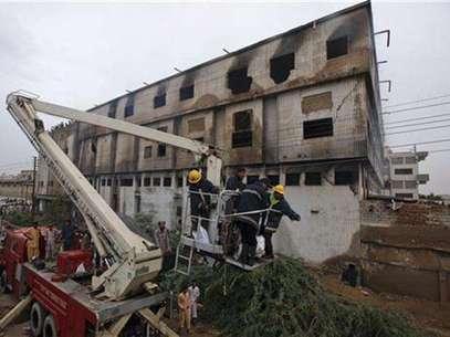 Un grupo de bomberos utilizan una escalera telescópica para retirar un cuerpo tras un incendio en una fábrica en Karachi, Pakistán, sep 12 2012. Al menos 314 personas murieron carbonizadas al incendiarse dos fábricas en Pakistán, dijeron el miércoles policías y funcionarios, en accidentes que abren interrogantes sobre la seguridad industrial de la nación del sur de Asia. Foto: Akhtar Soomro / Reuters en español