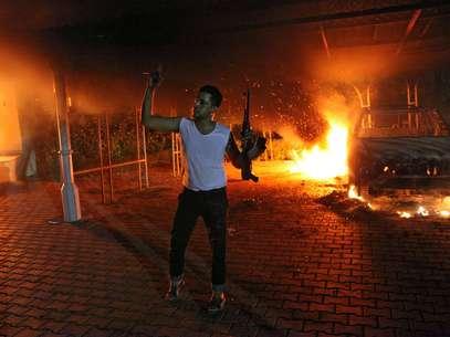 Civiles ayudan al embajador de EE.UU., Christopher Stevens, tras el ataque en el Consulado. Foto: Getty Images