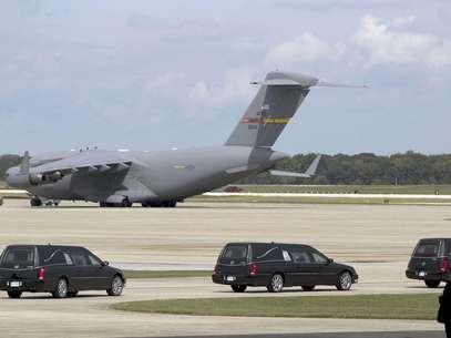 Cuatro coches fúnebres con los restos de los estadounidenses muertos esta semana en Bengasi, Libia, junto al avión en que llegaron, van rumbo a la ceremonia fúnebre el 14 de septiembre del 2012 en la Base Andrews de la Fuerza Aérea en Maryland  Foto: Carolyn Kaster / AP