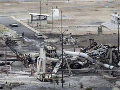 Burnt cars and gas storage tanks are seen at a gas facility of Pemex in Reynosa, September 18, 2012. Foto: Daniel Becerril / Reuters In English
