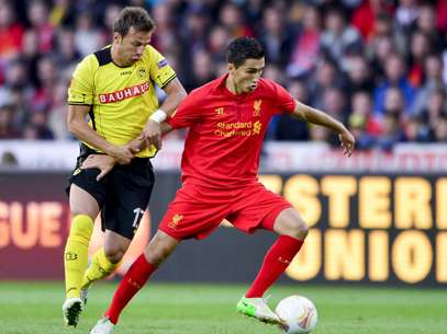 Liverpool's Nuri Sahin gets past Young Boys' defender Elsad Zverotic in a thrilling Europa League game that ended 5-3. Foto: Getty Images