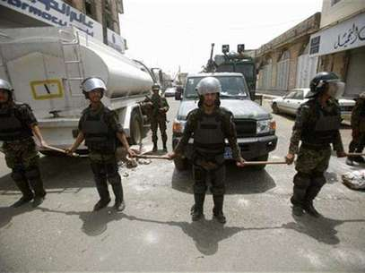 Riot policemen stand guard outside the French embassy in Sanaa September 20, 2012. Foto: Khaled Abdullah / Reuters In English