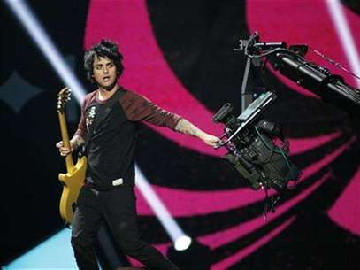 Green Day lead vocalist and guitarist Billie Joe Armstrong grabs a camera during the 2012 iHeart Radio Music Festival at the MGM Grand Garden Arena in Las Vegas, Nevada September 21, 2012. Foto: Steve Marcus / Reuters In English