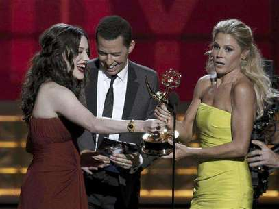 "Presenters Kat Dennings and Jon Cryer hand out the award for outstanding supporting actress in a comedy series to Julie Bowen (R) for ""Modern Family"" at the 64th Primetime Emmy Awards in Los Angeles, September 23, 2012. Foto: Lucy Nicholson / Reuters In English"