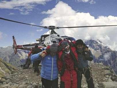 En esta fotografía provista por la aerolínea nepalesa Simrik Air, una persona herida (al centro) por una avalancha es rescatada en el campamento base del Monte Manaslu, en el norte de Nepal, el domingo 23 de septiembre de 2012.  Foto: AP