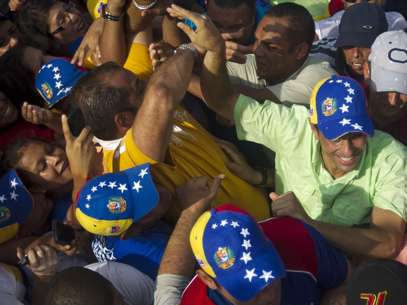 Capriles denunció que dos dirigentes murieron cuando una caravana en la localidad de Barinitas fue atacada a balazos. Foto: Carlos Garcia Rawlins / REUTERS