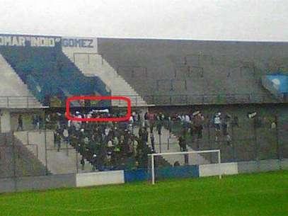Momento en el que los hinchas de Quilmes alzan el cuerpo del hincha fallecido Foto: Reproduccion Internet