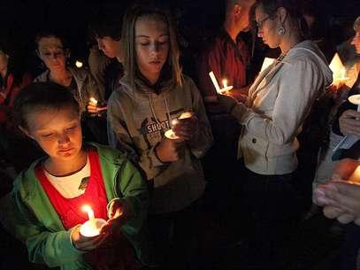 Varias personas participan en una ceremonia de velas efectuada en Naco, Arizona, el martes 4 de octubre de 2012, en memoria del agente muerto de la Patrulla Fronteriza, Nicholas Ivie.  Foto: AP