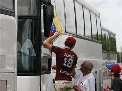 Medio centenar de autobuses en caravana viajan desde Miami hacia New Orleans: los venezolanos de EEUU viajar para votar. Foto: AP