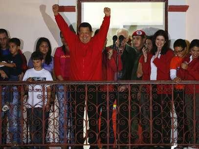 Luciendo una chaqueta con el rojo característico del partido de Gobierno, Chávez hizo un reconocimiento al pueblo de Venezuela. Foto: Reuters