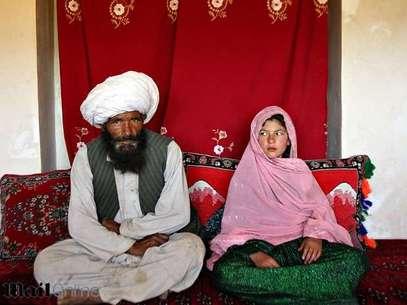 Faiz de 40 años y Ghulam de 11, se sientan en su casa antes de su boda en el pueblo rural Damarda, en Afganistán el 11 de septiembre 2005. Foto: Reproducción Daily Mail