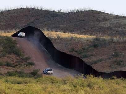 Agentes de la Patrulla Fronteriza pasan junto a la valla que divide a Estados Unidos de México, el martes 2 de octubre de 2012. Foto: AP