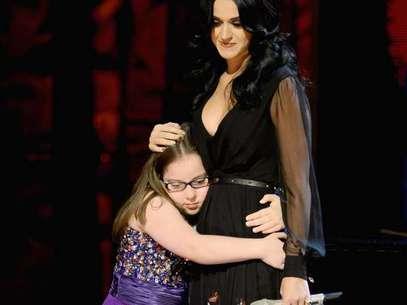 Después de la actuación, Katy y Jodi compartieron un dulce abrazo. Foto: Getty Images