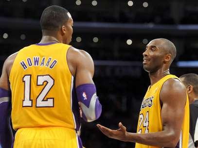 Dwight Howard y Kobe Bryant no saben lo que pasa en el equipo luego de tantas derrotas. Foto: AP Images