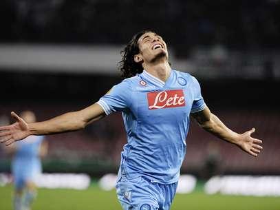 El uruguayo Edinson Cavani fue la gran figura en el triunfo del Napoli al anotar los cuatro tantos del equipo italiano. Foto: AFP