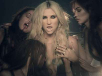 Ke$ha lidera un sexy culto en video 'Die Young'. Foto: Official Video