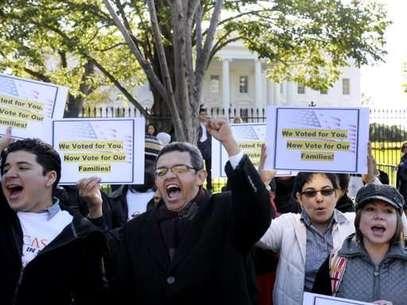 Gustavo Torres, director de Casa in Action, al centro, y otros , se concentran frente a la Casa Blanca para pedir al presidente Barack Obama por la reforma migratoria.  Foto: AP