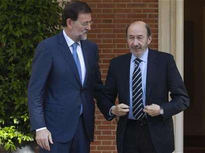 Spain's Prime Minister Mariano Rajoy (L) talks with main opposition Socialist leader Alfredo Perez Rubalcaba before their meeting at the Moncloa Palace in Madrid May 25, 2012. Foto: Sergio Perez / Reuters