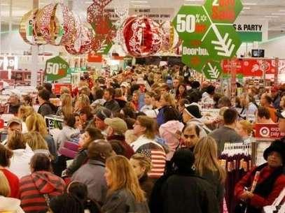 Evita el caos en las tiendas. Aprovecha a comprar los días en los que habrá menos consumidores Foto: AP
