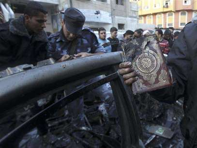 A man holds a copy of Koran after an Israeli air strike on a car of Hamas's military chief in Gaza City November 14, 2012. Foto: Mohammed Salem / Reuters