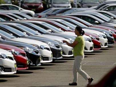 A woman walks by vehicles for sale at a Toyota dealership in Pasadena, California October 10, 2012. Foto: Mario Anzuoni / Reuters