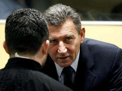 Ante Gotovina (L), who was commander in the Split district of the Croatian army, and Mladen Markac (R), a former Croatian police commander, enter the courtroom of the Yugoslav war crimes tribunal (ICTY) for their appeal judgement in The Hague November 16, 2012. Foto: Bas Czerwinski / Reuters