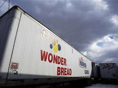 A Wonder Bread delivery truck trailer is seen parked outside the bakery plant in New York January 21, 2011. Foto: Shannon Stapleton / Reuters