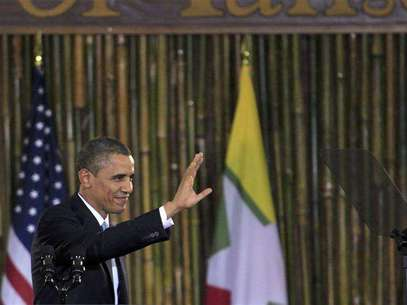 U.S. President Barack Obama waves after giving a speech at the University of Yangon November 19, 2012. Foto: Minzayar / Reuters