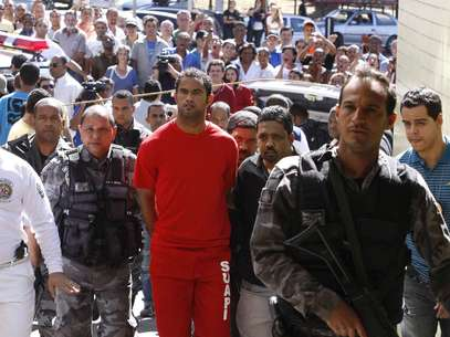 Brazilian footballer Bruno Fernandes de Souza (in red) is taken under custody to the presidium of Belo Horizonte, Brazil, on July 9, 2010. De Sousa, a star goalkeeper for the popular Brazilian club Flamengo, surrendered to police Wednesday to face questioning in connection with the disappearance of his ex-girlfriend, officials said. Foto: Getty Images
