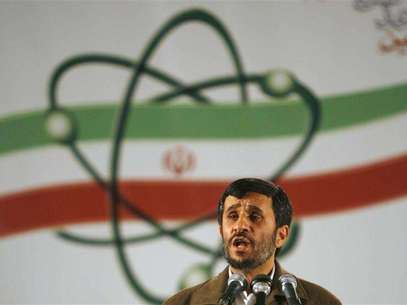 Iran's President Mahmoud Ahmadinejad speaks during a ceremony at the Natanz nuclear enrichment facility, 350 km (217 miles) south of Tehran, April 9, 2007. Foto: Caren Firouz / Reuters