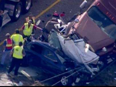 Emergency personnel, on the scene of a pileup of 80 to 100 vehicles on a foggy Texas interstate near Beaumont, are pictured in this still image taken from video courtesy of KPRC-TV, November 22, 2012. Foto: KPRC-TV / Reuters