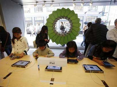 Young holiday shoppers interact with the iPad at the Apple Store during Black Friday in San Francisco, California, November 23, 2012. Foto: Stephen Lam / Reuters