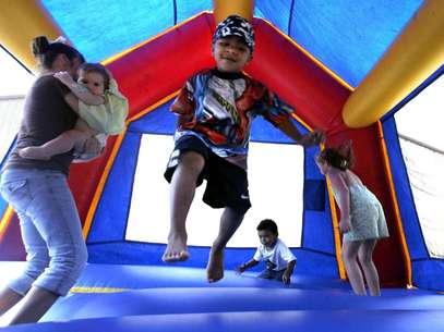 En esta foto del 11 de septiembre del 2005 un grupo de niños juega en un castillo inflable en Vidor, Texas. Un estudio a nivel nacional difundido el 26 de noviembre del 2012 halló que esos juegos pueden ser peligrosos y que aumenta el número de niños heridos en ellos  Foto: LM Otero, Archivo / AP