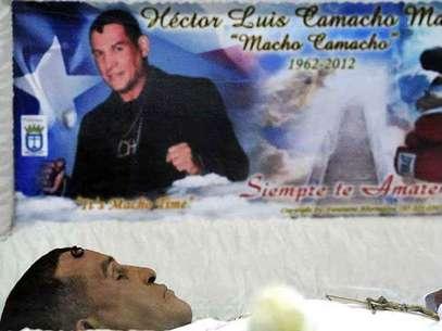 """El cadáver fue vestido de blanco y llevaba entre las manos un crucifijo dorado. Sobre el pecho tenía una gruesa cadena de oro con un dije que decía """"Macho"""", en mayúsculas. Foto: Reuters"""