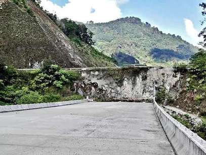 A unos días de dejar el poder, el Presidente Felipe Calderón Hinojosa deja inconclusa la Autopista México-Tuxpan, la cual presumió como un gran proyecto. Foto: Francisco Rivas / Reforma