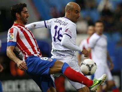 Raúl García (izq) disputa un balón con un rival durante el Atlético de Madrid - Getafe de Copa del Rey Foto: EFE