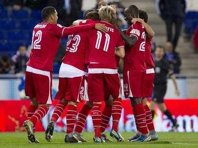 Los jugadores del Sevilla celebran su primer gol ante el Espanyol, durante el partido correspondiente a la vuelta de los dieciseisavos de final de la Copa del Rey disputado en el Estadio de Cornella-El Prat Foto: EFE