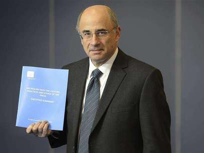Lord Justice Brian Leveson poses with an executive summary of his report following an inquiry into media practices in central London November 29, 2012. Foto: Paul Hackett / Reuters