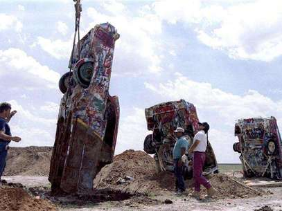 "One of ten Cadillac automobiles from the ""Cadillac Ranch"" art installation is lowered into the ground at its new home near Amarillo, Texas, in this August 21, 1997 file photo. Eccentric Texas oil millionaire Stanley Marsh 3 has been indicted on child molestation charges in Amarillo and was released after posting a bond, according to court records, November 29, 2012. Marsh, 74, who considers the Roman numerals ""III"" to be pretentious and prefers the suffix ""3,"" is best known as the owner of the iconic Cadillac Ranch, a work of public art featuring 10 brightly painted Cadillac cars buried nose-first in the ground along Interstate 40 in the Texas Panhandle. Foto: Stringer / Reuters"
