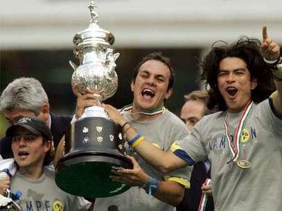 Uno de los grandes momentos de la carrera de Cuauhtémoc Blanco: el título con el América.  Foto: Mexsport