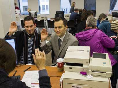 David Mifflin (L) and Matt Beebe swear an oath while filing for their marriage license in Seattle, Washington December 6, 2012. Washington made history last month as one of three U.S. states where marriage rights were extended to same-sex couples by popular vote, joining Maryland and Maine in passing ballot initiatives recognizing gay nuptials. Foto: Jordan Stead / Reuters