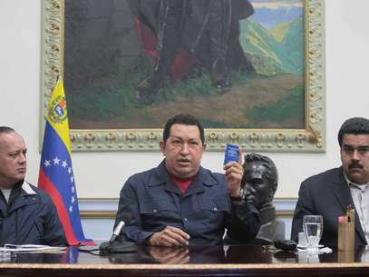 """El sábado, el mandatario venezolano, de 58 años y diagnosticado por primera vez con cáncer en 2011, informó que viajaría el domingo a Cuba para una cuarta intervención quirúrgica, pidiendo además a los venezolanos que eligieran a Maduro presidente si él quedara """"inhabilitado"""" para ejercer el nuevo mandato que debe asumir el 10 de enero. Foto: EFE"""