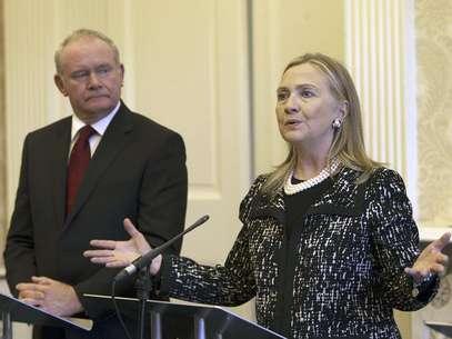 La secretaria norteamericana de Estado, Hillary Rodham Clinton, aplazó el inicio de una nueva gira debido a un virus estomacal, dijo el Departamento de Estado, el domingo 9 de diciembre de 2012. En la imagen, Clinton con el viceprimer ministro de Irlanda del Norte, Martin McGuinness, en Belfast, el viernes 7 de diciembre, durante una gira de cuatro días por Europa.  Foto: Paul Faith / AP