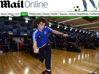 El zaguero David Luiz muestra sus habilidades con una bola de boliche. Foto: Daily Mail / Reprodução