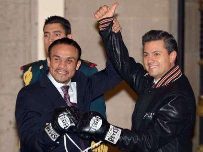 Peña Nieto (derecha) recibió con agrado los guantes autografiados del boxeador mexicano. Foto: Mexsport